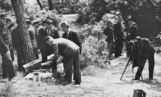 Cena do crime: polícia faz buscas no parque onde o corpo mutilado de Doreen Marshall foi encontrado. Foto: Hulton Archive/ Getty Images.