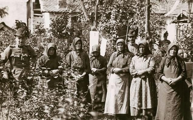 Reportagem Retro - As Criadoras de Anjos de Nagyrev - Foto