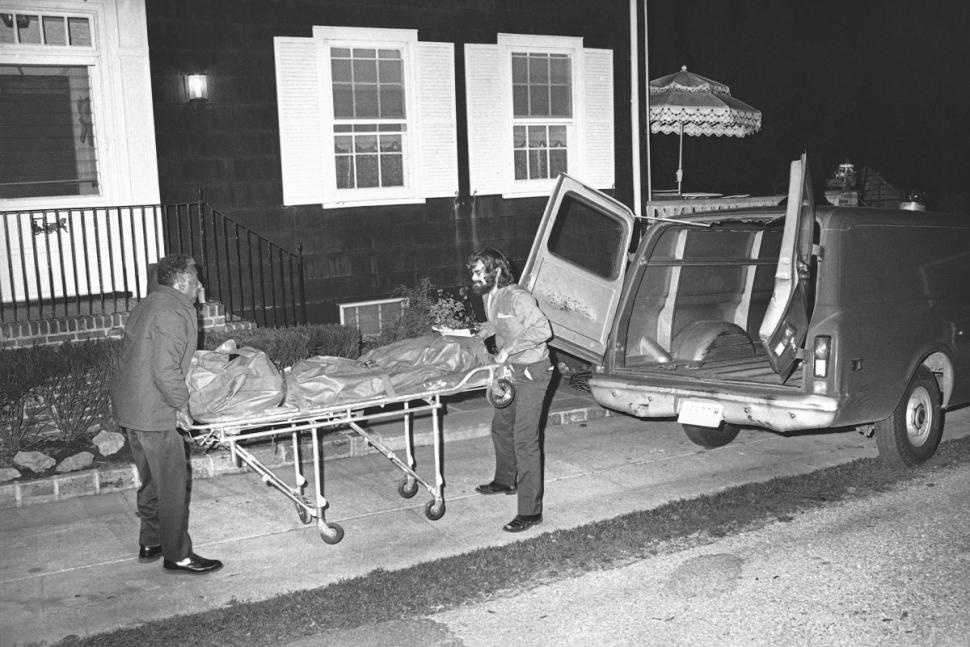 Funcionários do escritório do médico legista em Amitvylle carregam um dos corpos retirados da residência de Ronald DeFeo. Data: 14 de Novembro de 1974. Foto: © Bettmann/CORBIS.