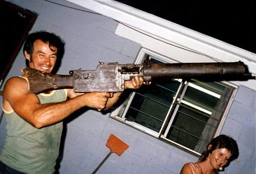 O serial killer Ivan Milat fotografado na casa de seu irmão Alex em 1983 segurando uma relíquia da Primeira Guerra Mundial.