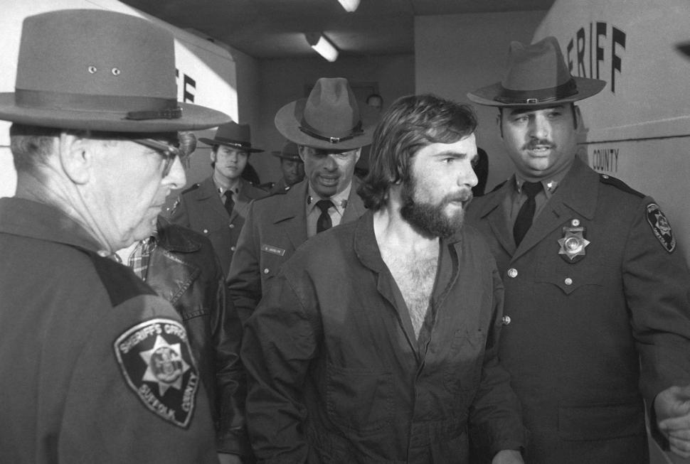 Ronald DeFeo Jr., deixa o tribunal após audiência em 15 de Novembro de 1974, um dia após matar toda sua família. Foto: Richard Drewap.
