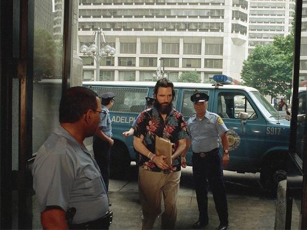 Gary Heidnik chega para o primeiro dia de seu julgamento. Data: 14 de Junho de 1988. Foto: © Bettmann/CORBIS.