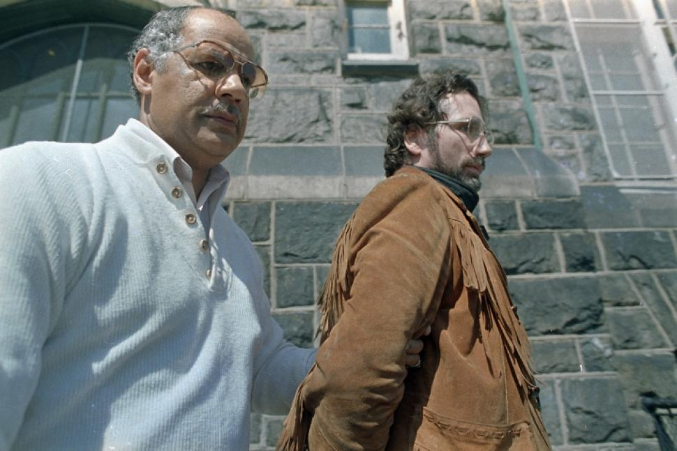 Dois dias após ser preso Gary Heidnik é levado da Delegacia de crimes sexuais da Filadélfia. Foto: AP Photo Charles Krupa.