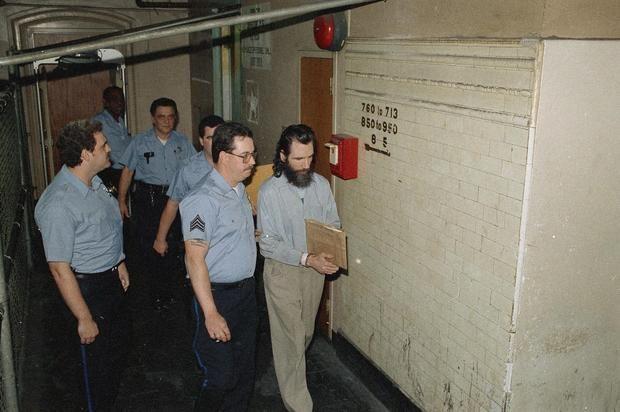 Gary Heidnik é escoltado após o júri condená-lo por assassinato em primeiro grau, sequestro e estupro de duas mulheres e encarceramento de quatro outras. Data: 2 de Julho de 1988. Foto: AP Photo/Amy Sancetta, File.