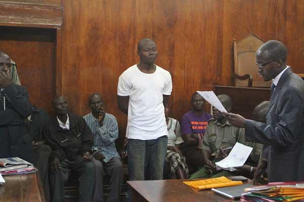 O serial killer Harrison Okumu (de camiseta branca) durante audiência judicial em 2013. Okumu foi assassinado ontem na prisão de Kodiaga. Foto: Nation Media Group.