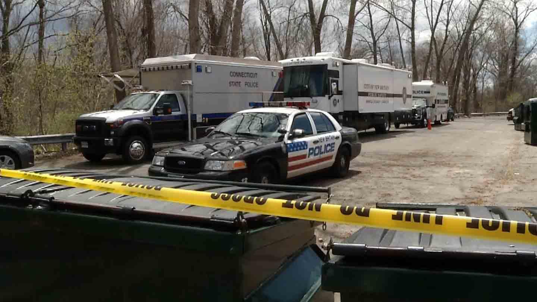 Um aparato policial pode ser visto atualmente numa auto-estrada de New Britain. É este lugar que a polícia acreditar ser o local de despejo de um serial killer. Foto: WFSB.