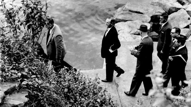 Policiais investigam o local onde o corpo mutilado de um homem foi encontrado em 1961. Foto: David Cumming.
