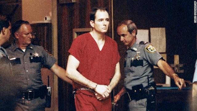 O serial killer e lust murderer Danny Rolling durante audiência preliminar de seu julgamento. Data: 31 de Maio de 1991. Foto AP Photo/Chris O'Meara.