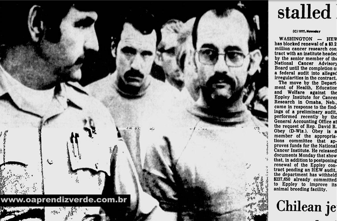 Assassinos indiciados em Riverside, Calif. David Hill, centro, e Patrick Kearney, direita, são levados ao tribunal.