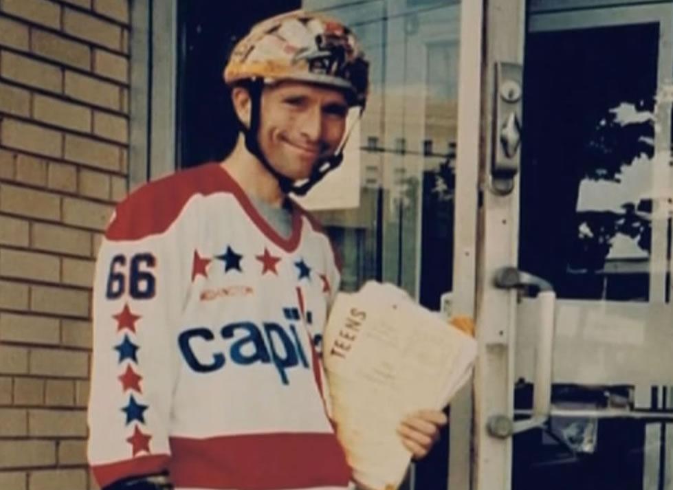Hadden Clark em um de seus empregos como patinador entregador de jornais. Foto: The Crossdresser Cannibal.