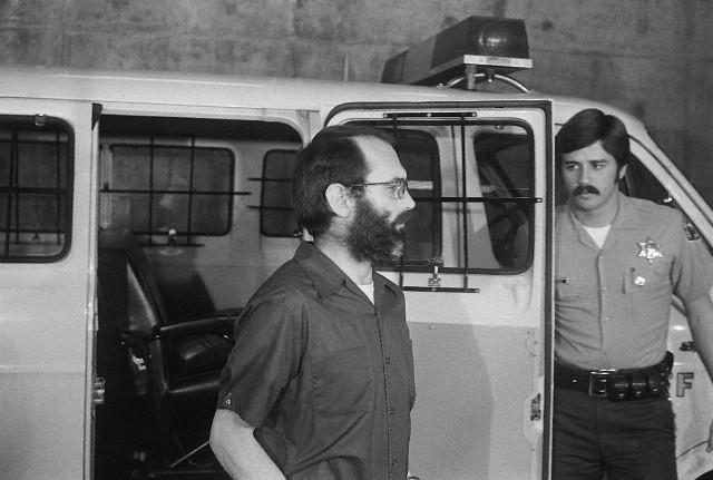 Patrick Wayne Kearney chegando ao tribunal para o seu segundo julgamento. Data: 21 de Fevereiro de 1978. Foto: © Bettmann/CORBIS.
