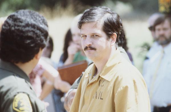 O serial killer William Bonin passeia pelos locais onde matou acompanhado de oficiais. Data: Junho de 1983. Foto: YGNACIO NANETTI/OCR, OCR.