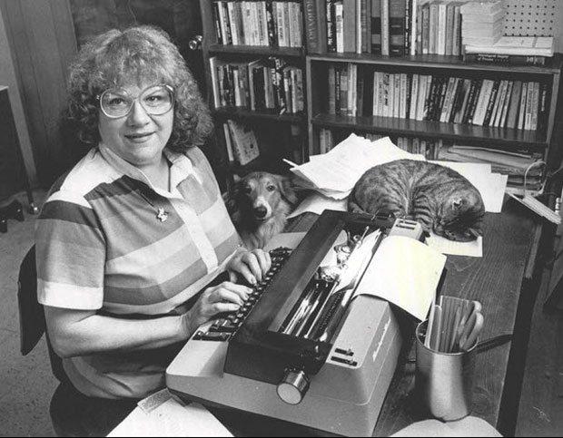 Um ano após lançar seu livro mais famoso, Ann Rule foi fotografada em seu escritório escrevendo mais um de seus livros sobre crimes. Foto: Peter Liddell/The Seattle Times.