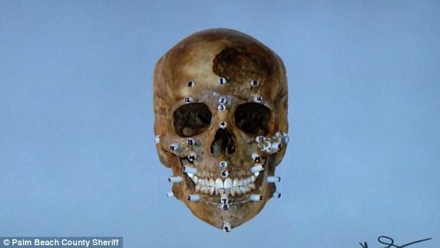 A polícia já havia feito uma reconstrução do rosto da vítima em 1995, mas os resultados não foram satisfatórios.