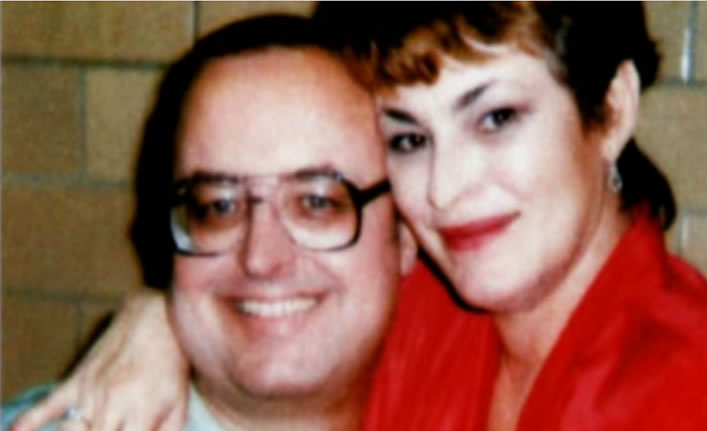 Já preso por crimes hediondos contra mulheres, Schaefer posa com seu amor Sondra London. Foto: Serial Killer Groupie Sondra London.