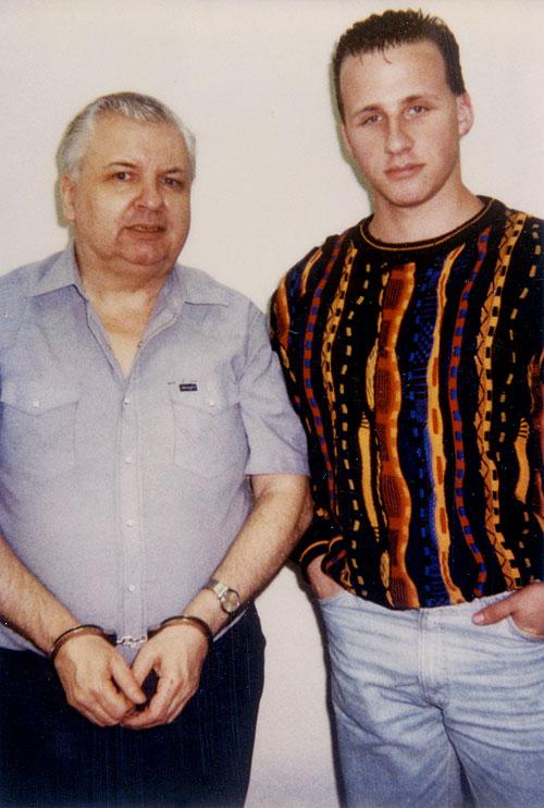 Aos 19 anos Jason Moss tirou a foto acima com o serial killer John Wayne Gacy, dois meses antes da execução do Palhaço Assassino. Foto: Reprodução Internet.