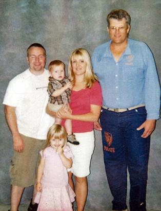 Melissa Moore, seus filhos e marido, ao lado de seu pai Keith Hunter Jesperson, na única vez em que levou seus filhos para visitar o avô serial killer. Foto: Melissa Moore Shattered Silence.