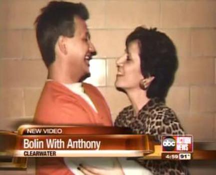"""O serial killer Oscar Ray Bolin Jr. e sua admiradora Rosalie Bolin. A advogada Rosalie era casada com um advogado quando conheceu o psicopata Oscar Ray Bolin Jr., """"Ele tirou minha respiração"""", disse ela sobre o primeiro encontro dos dois. Posteriormente ela largou seu marido, com quem tinha quatro filhas, para casar-se com Bolin. Foto: ABC Video"""