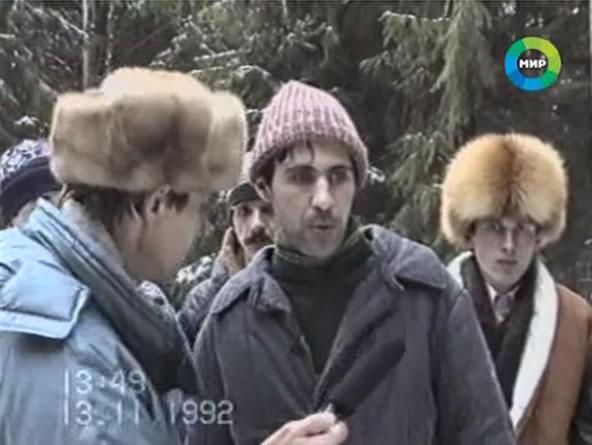 Um dos mais assustadores lust murderers da história, o russo Sergey Golovkin trucidou 11 meninos entre 1986 e 1992 nos arredores de Moscou. Suas vítimas eram esfoladas, cortadas e desmembradas, dentre outras crueldades. Na imagem acima ele é filmado pelas autoridades russas durante a reconstituição de um de seus crimes. Reprodução Youtube.