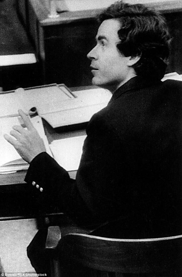 Um dos mais famosos serial killers do mundo, Ted Bundy foi colega de trabalho de Ann Rule. Ele foi eletrocutado em 1989 após confessar mais de 30 assassinatos de mulheres.