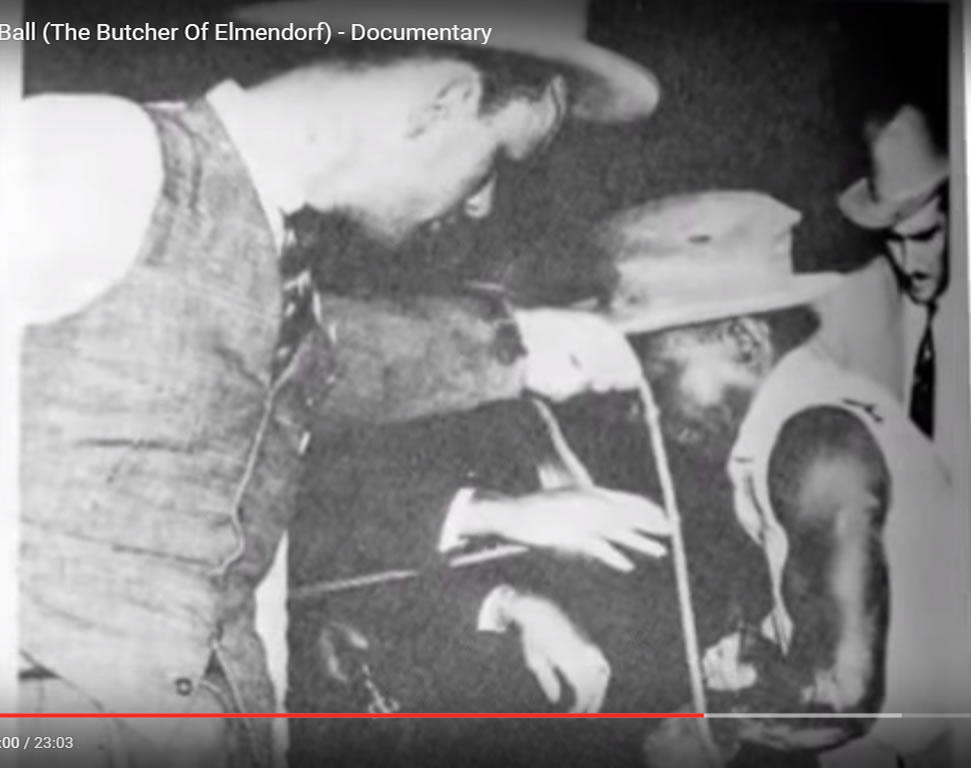Clifton Wheeler durante diligências da polícia. Foto: Joe Ball Serial Killer Documentary.