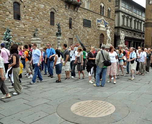 Uma das praças mais bonitas e conhecidas de Florença, Piazza della Signoria foi o lugar onde o frei Girolamo Savonarola e dois de seus seguidores foram mortos pela Igreja Católica a mando do Papa Alexandre VI. Na imagem é possível ver a placa em homenagem aos mortos, colocada no local onde foram mortos.