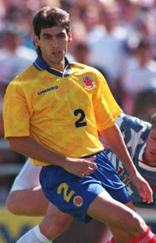 O zagueiro colombiano Andrés Escobar durante a partida que selou sua vida. Reprodução Internet.