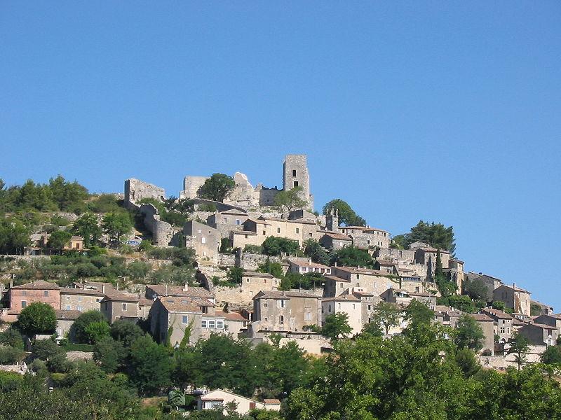 Ao fundo, acima do morro, as ruínas do Castelo de La Coste, residência do Marquês de Sade, de 1769 a 1772.