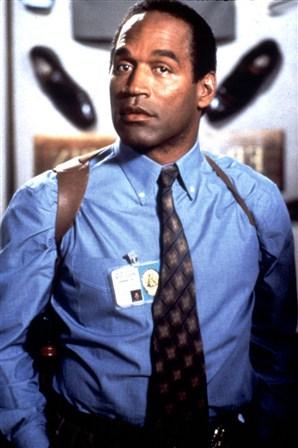 """O.J. Simpson como o policial desastrado Nordberg no filme """"Corra que a Polícia Vem Aí"""". Reprodução Internet."""