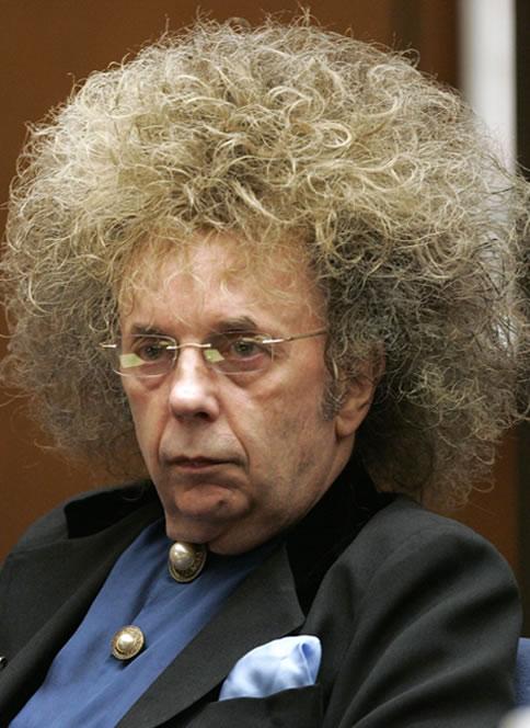 O produtor musical Phil Spector durante audiência de seu julgamento. Reprodução Internet.