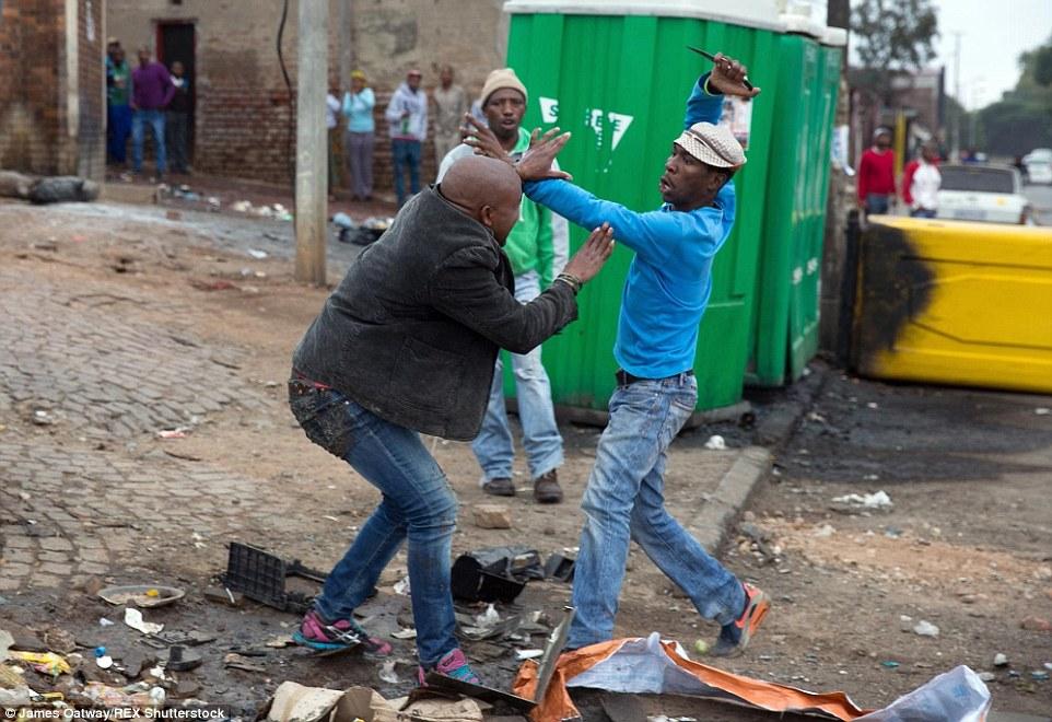 Sem motivo aparente homem à esquerda foi atacado nas ruas de Alexandra.