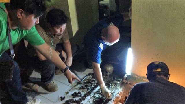Peritos montam esqueleto de criança de 10 anos encontarado na casa que Scully alugava. Foto: NBI Region X.
