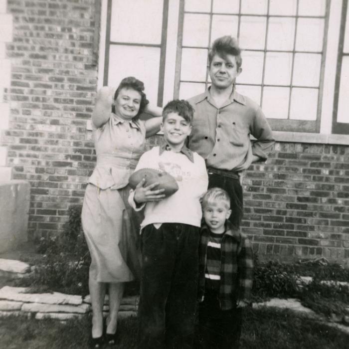 Os Kaczynski: a mãe Wanda, os irmãos Ted e David, e o pai David, na casa da família em Evergreen Park, Illinois, em 1952. Foto: Every Last Tie: The Story of the Unabomber and His Family, Duke University Press)