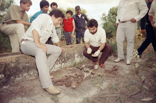 Agentes da Polícia Federal mexicana observam um corpo desenterrado do Rancho Santa Elena - Foto - John Hopper - AP