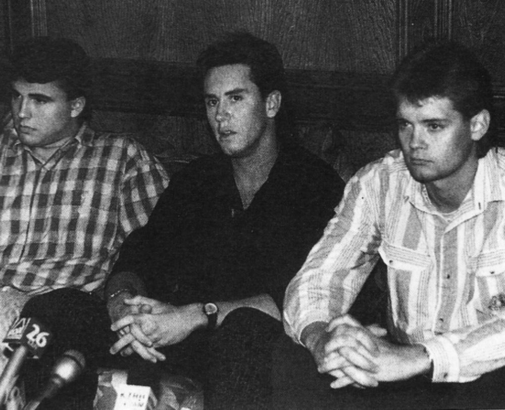 Os amigos de Mark Kilroy, Bradley Moore, Bill Huddleston e Brent Martin, falam à imprensa americana. Reprodução Internet.