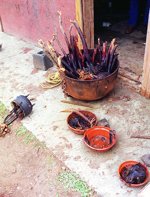 Objetos de Adolfo Constanzo utilizados nos rituais satânicos. Foto: Delicia Lopez/AP.