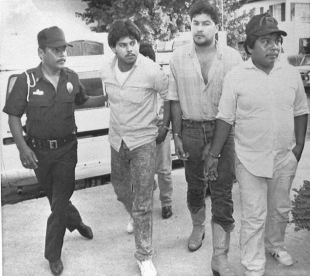 Polícia escolta Sergio Martinez, David Serna Valdez e Elio Hernandez Rivera até a delegacia em Matamoros. Data - 18 de Abril de 1989. Foto - John Hopper - AP