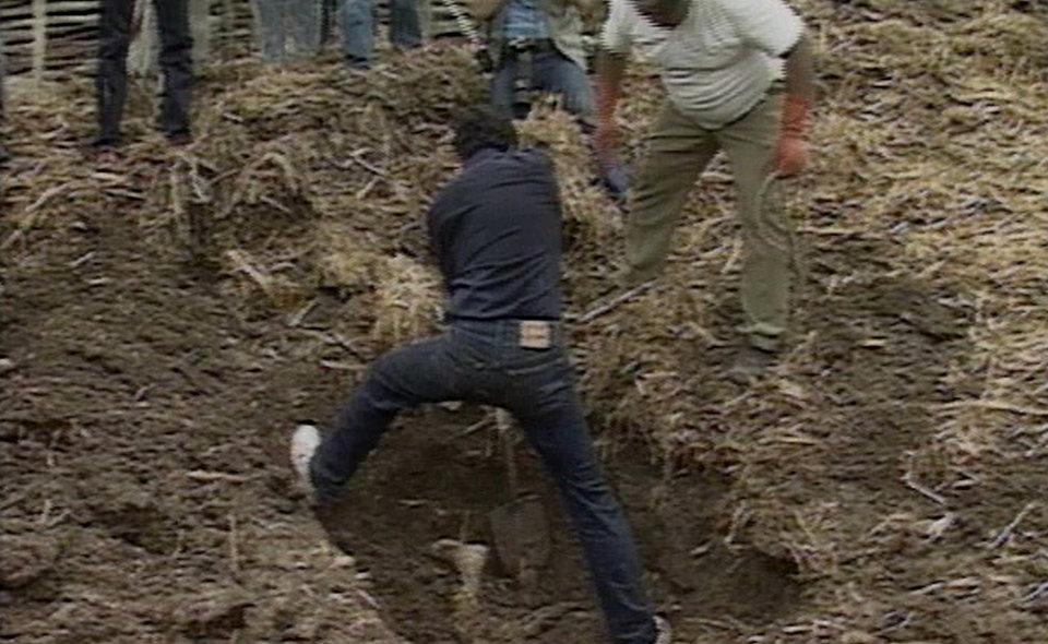 Policiais desenterram um corpo no Rancho Santa Elena