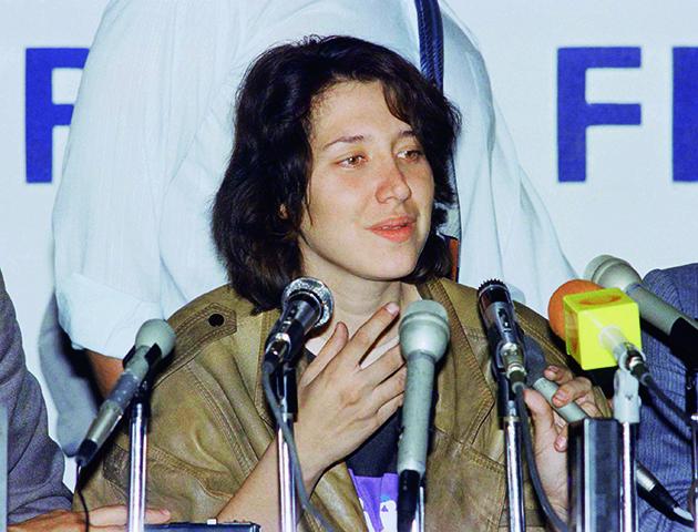 Sara Aldrete fala a imprensa após ser presa em maio de 1989. Foto - AP