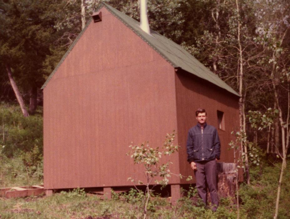 Ted Kaczynski, 30 anos, ao lado de sua cabana em Montana. Matemático brilhante, com apenas 26 anos Ted tornou-se professor da prestigiada Universidade da Califórnia, em Berkeley, mas devido às suas ideias radicais decidiu virar um eremita, passando a viver da terra em uma remota cabana no interior do estado de Montana. Foto: Every Last Tie: The Story of the Unabomber and His Family, Duke University Press.