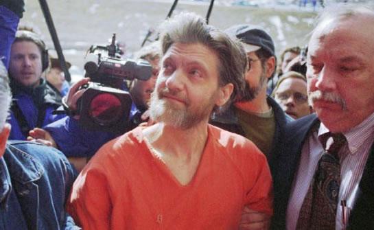 Theodore Kaczynski é cercado pela mídia ao ser levado a uma corte federal em abril de 1996. O FBI levou 19 anos para capturar Kaczynski, considerado um dos mais brilhantes criminosos de toda história.