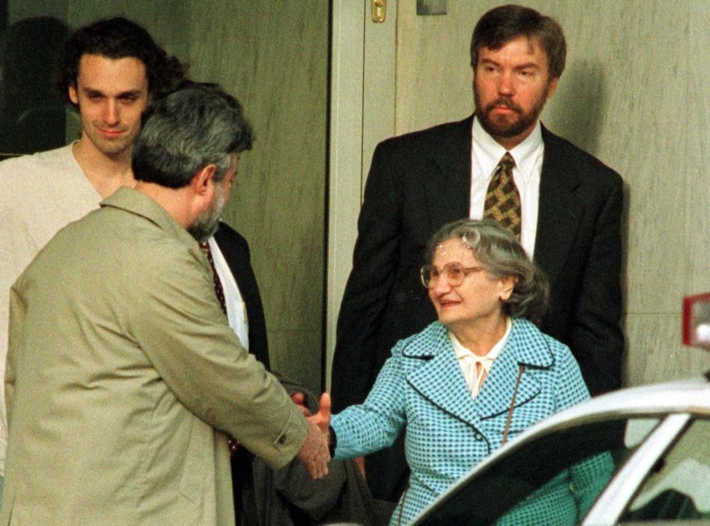 Wanda Kaczynski, mãe do Unabomber, cumprimentando o Defensor Federal Dennis Waks, enquanto ela e seu filho David (no fundo) deixam o tribunal em 22 de janeiro. Ted Kaczynski se declarou culpado de todas as acusações contra ele.