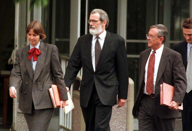 Judy Clarke à esquerda, Gary Sowards e Quin Denvir (à direita), advogados de Ted Kaczynski, deixam o tribunal após a condenação do Unabomber. Em 4 de maio, Kaczynski foi sentenciado à prisão perpétua sem possibilidade de condicional.