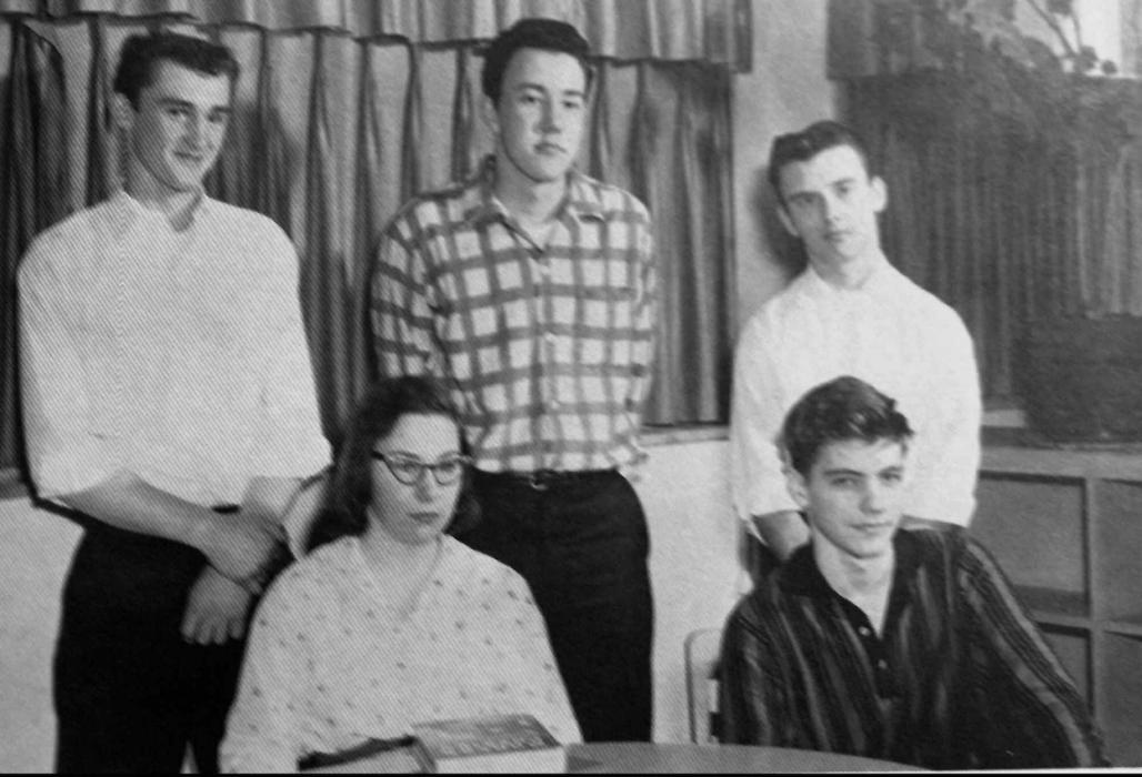 Os cinco melhores alunos do ano de 1958 da Evergreen Park High School. Kaczynski é o primeiro à frente da direita para a esquerda. Foto: Evergreen Park High School Yearbook | AP.