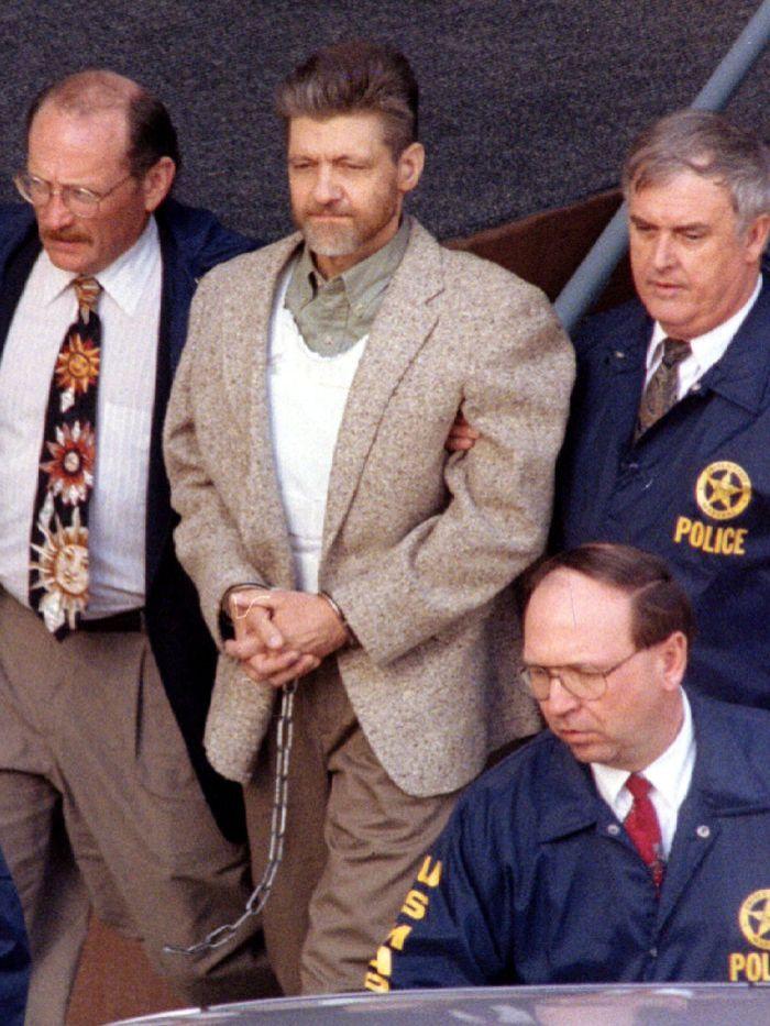 Ted Kackzynski sendo escoltado para fora do tribunal em 21 de junho de 1996.