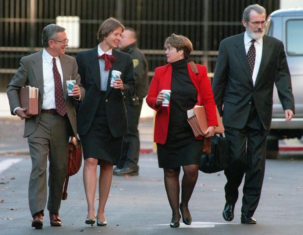 Membros da equipe de defesa de Theodore Kaczynski, da esquerda para a direita: os advogados Quin Denvir, Judy Clarke, a consultora de júri Denise DeLaRue e o advogado Gary Sowards, em 9 de dezembro de 1997, terça-feira. (AP Photo/Rich Pedroncelli)