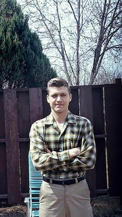 Ted Kaczynski em Lombard, 1978. Naquele verão ele começou a trabalhar em uma fábrica de corte de espuma onde seu pai e irmão também trabalhavam. Seu irmão David, supervisor no local, foi forçado a demitir Ted após ele ter insultado uma mulher com quem estava saindo - uma supervisora da fábrica .
