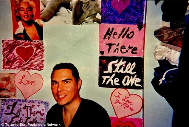 Assassino decorou a parede de sua cela com pôsteres de Marilyn Monroe e corações.