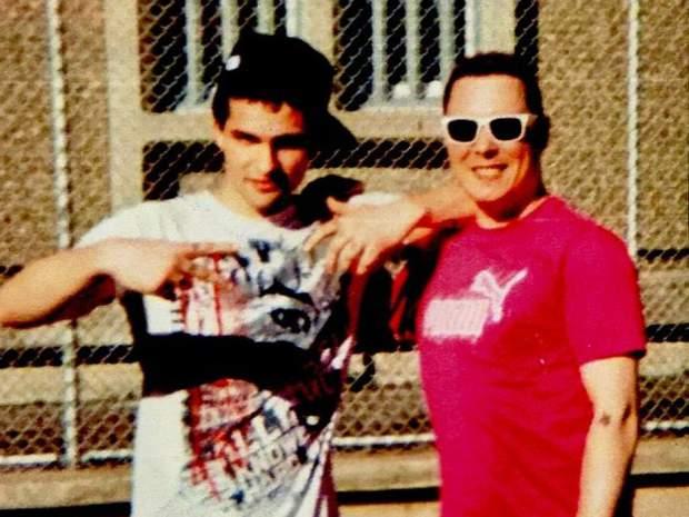 Magnotta posando para fotos na prisão ao lado de seu amigo, o também detento Jonathan Lafrance-Rivard, condenado por fazer sexo com meninas de até 12 anos.