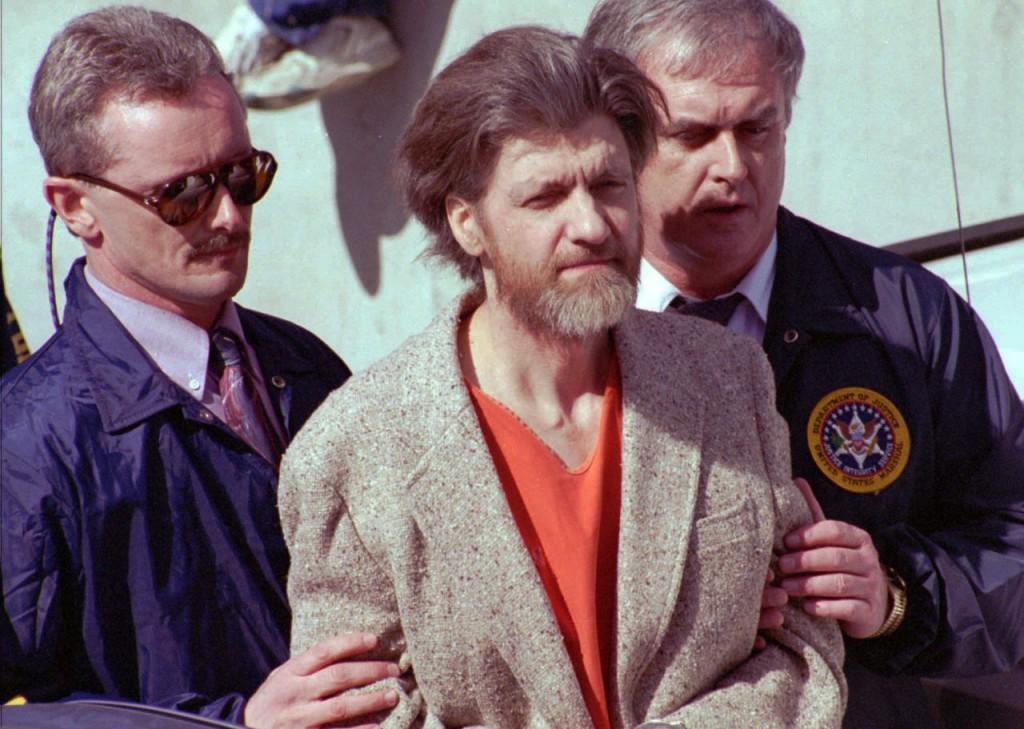 Kaczynski em uma de suas primeiras aparições públicas no tribunal. Meticuloso, ele enviou uma carta a seus advogados sugerindo as roupas que deveria usar.
